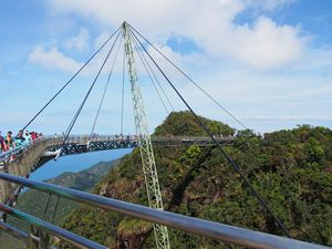Канатная дорога с очень крутым мостом(sky bridge) и 3d музей.остров лангкави.малайзия.