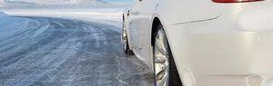 Вождение автомобиля на зимней дороге.